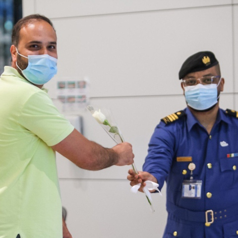 صور: جمارك دبي تستقبل المسافرين اللبنانيين بباقات ورد في مطار دبي