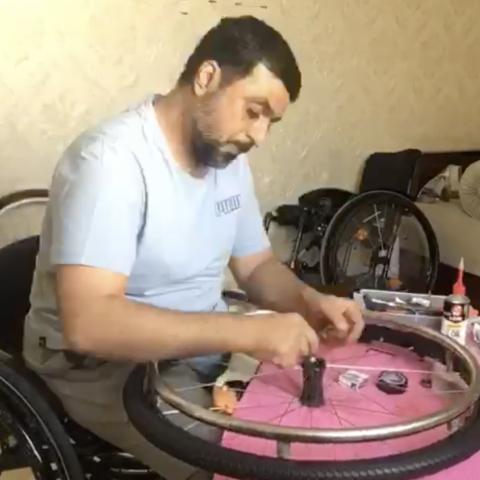 "${rs.image.photo} الإماراتي ""أبو ناصر"" يقدم خدمات صيانة الكراسي المتحركة بالمجان"