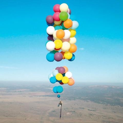 صور: منزل يحلق في السماء ببالونات الهيليوم!