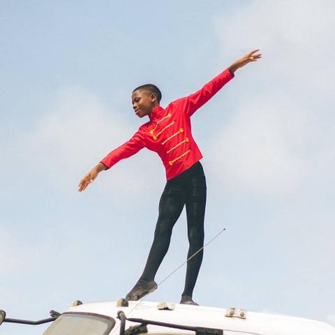 صور: أنثوني مادو طفل نيجيري يحقق حلمه باحتراف الباليه بعد انتشار مقطع له حافياً تحت أمطار نيجيريا