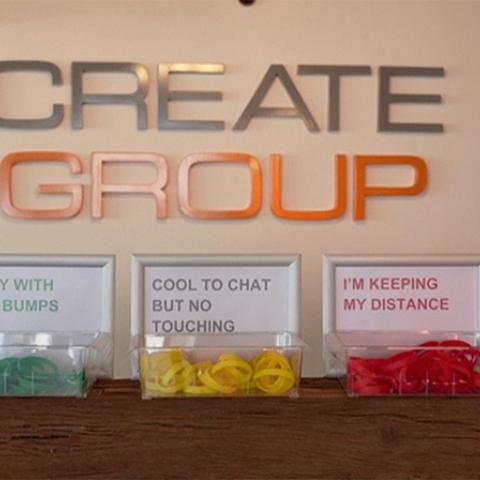 """صور: أساور ملونة من شركة """"كرييت ميديا"""" في دبي تحدد المسافة ونوع التواصل بين الموظفين"""
