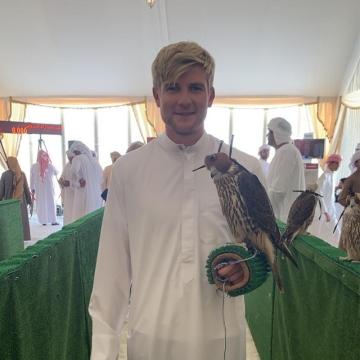 صور: هاري جارلاند صقّار بريطاني يشارك العرب تراثهم وتقاليدهم في الإمارات