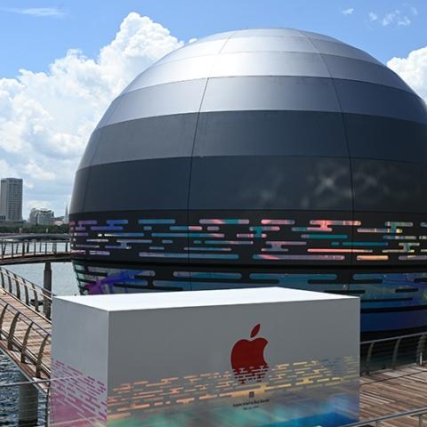 """صور: متجر """"آبل"""" الجديد في سنغافورة كوكب يطفو على الماء! فهل هو الأروع على الإطلاق؟"""