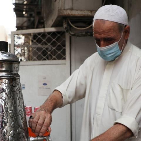 صور: الحاج أبوعلي، قهوة وتاريخ في ديرة منذ 45 عاماً