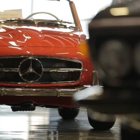 صور: مازن الخطيب.. شغف السيارات الكلاسيكية في دبي