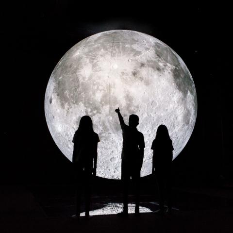 """صور: نظرة إلى القمر عن قرب في دبي مع """"متحف القمر"""""""