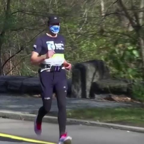 صور: لمسافة خمسة كيلومترات.. رجل كفيف يركض بمساعدة تطبيق على الهاتف