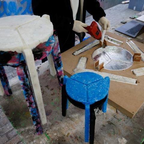 صور: مقاعد من الكمامات.. إعادة التدوير في زمن كورونا