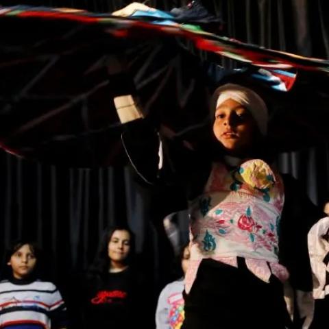 صور: طفل مصري يكافح السرطان برقصة التنورة