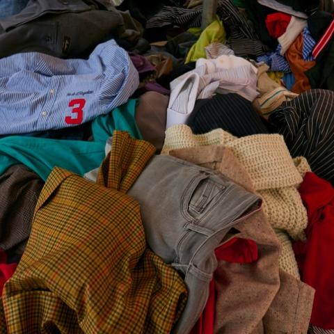 """صور: بلدة """"براتو"""" الإيطالية، مركز صناعة إعادة تدوير الملابس في العالم!"""