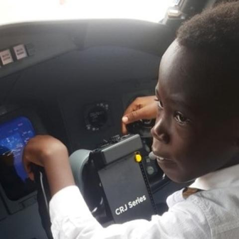 صور: الأوغندي غراهام شيما.. مساعد طيار بعمر الـ7 سنوات