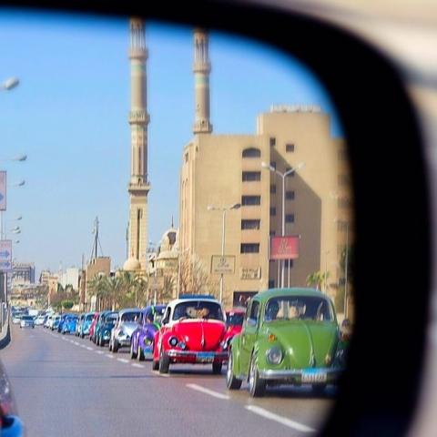 """صور: عشق سيارة """"بيتل"""" تجمع العشرات بشوارع القاهرة في مصر!"""