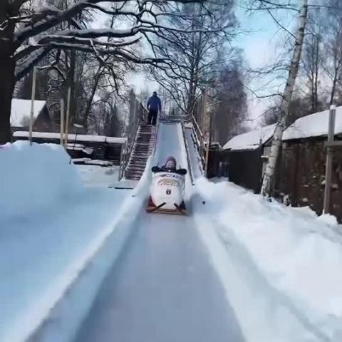 صور: في لاتفيا.. أب يبني مضمار تزحلق في فناء منزله لإسعاد أطفاله!