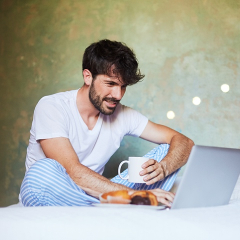صور: العمل بملابس النوم يؤثر على صحتك النفسية!