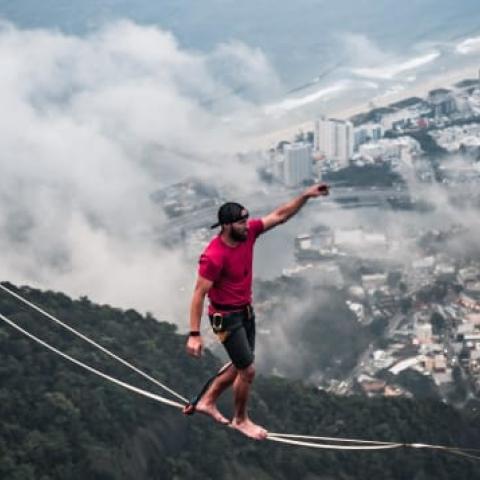 """صور: رجل الحبال """"رايان روبينسون"""" يتحدى المرتفعات من حول العالم"""