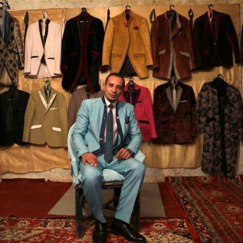 """${rs.image.photo} تعرّف على """"علي صرصور"""" مصمم البدلات الرجالية من بقايا الأثاث القديم!"""