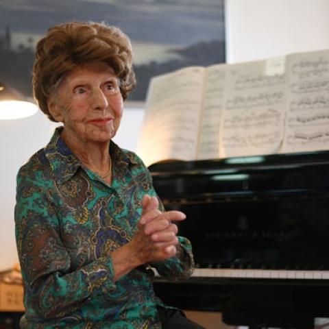 صور: بعمر 106 أعوام .. عازفة بيانو فرنسية تسجل ألبومها السادس!