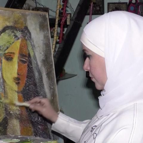 """صور: فايزة حلبي..رسامة سورية تحول حبها لـ""""فيروز"""" إلى معرض فنّي بمنزلها!"""