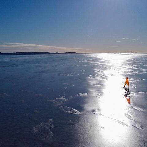 صور: ركوب الأمواج على بحر متجمد.. رياضة نادرة يمارسها 1000 شخص فقط من حول العالم!