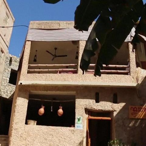 """صور: فنادق الطين.. مقصد سياحي يستقطب آلاف الزوار في القرية العمانية """"مسفاة العبريين"""""""