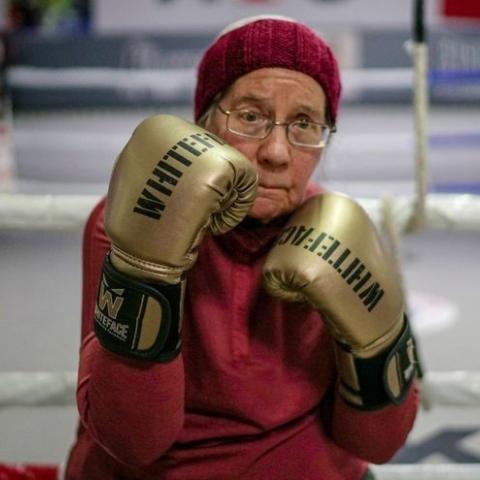 """صور: تعرّف على """"نانسي"""" الجدّة البلجيكية التي تحارب الشلل الارتعاشي بالملاكمة!"""