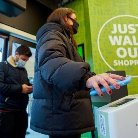 """صور: وداعاً للوقوف في الطوابير لدفع الحساب.. أول متجر ذكي للشركة العملاقة """"أمازون"""" يفتح أبوابه في لندن!"""