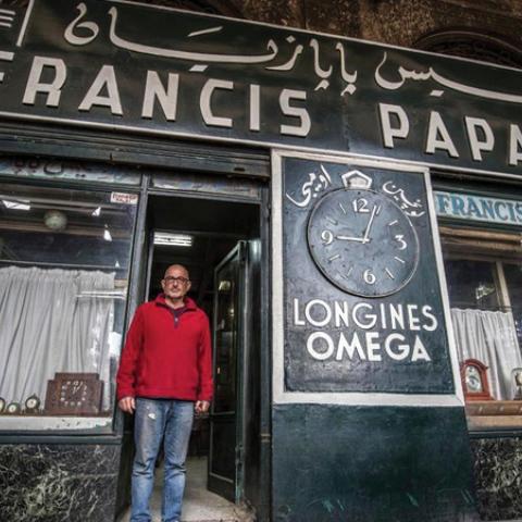 """صور: رحلة عبر الزمن بمحل """"بابازيان"""" الأرميني العريق للساعات في القاهرة!"""
