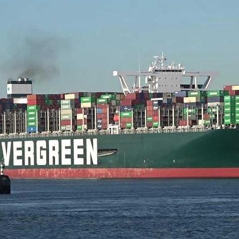 """صور: """"إيفر غيفن"""" سفينة واحدة أوقفت العالم وعطّلت قناة السويس فما هي القصة؟"""
