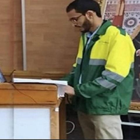 صور: شاب مغربي يناقش رسالة الدكتوراه بزيّ عامل نظافة تقديراً لجهودهم الاستثنائية