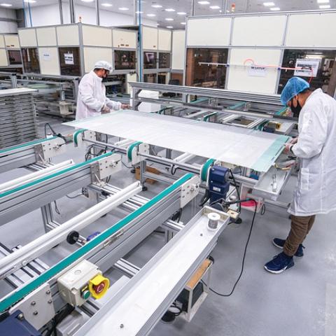 """صور: طاقة إنتاجية سنوية تصل حتى 600 ألف من الألواح الكهروضوئية من شركة """"المادن"""" في دبي!"""