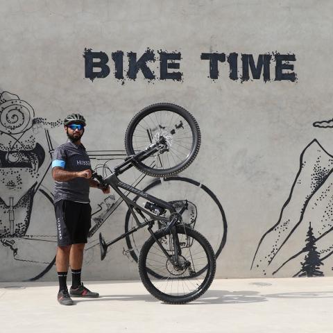 """صور: جولة سياحية في حتا على دراجة هوائية مع محمد خليفة الكعبي، صاحب مشروع """"هابرز"""" لتأجير الدراجات"""