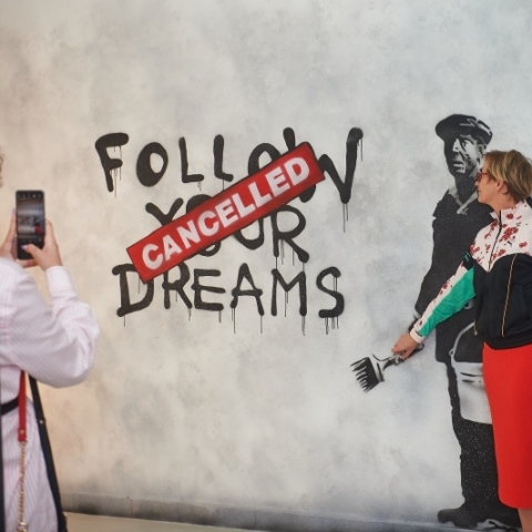 """صور: أكبر معرض في العالم للفنان """"بانكسي"""" في دبي"""