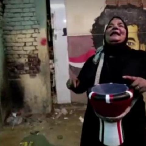 """صور: دلال عبد القادر.. """"مسحراتية"""" مصرية تحيي ليالي رمضان بطبلة أخيها منذ عشر سنوات!"""