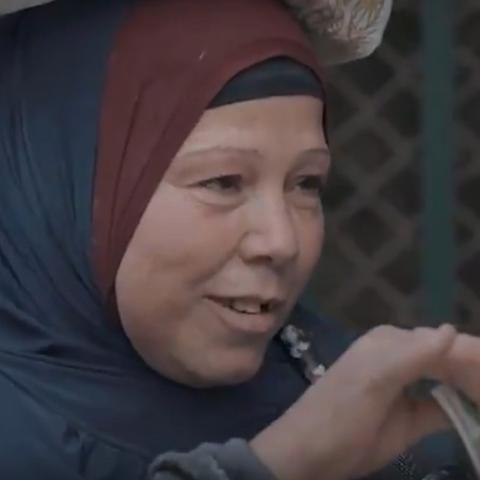"""صور: تعفف سيدة مصرية ببرنامج """"مذيع الشارع"""" يأسر رواد مواقع التواصل الاجتماعي"""