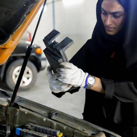 صور: الإماراتية هدى المطروشي.. صاحبة ورشة إيميكس لخدمات السيارات بإمارة الشارقة