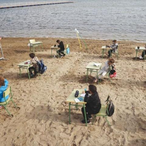 """صور: فصل دراسي على شاطئ رملي.. حلم يتحقق لطلاب مدرسة """"فيليكس رودريجيث دي لا فوينتي"""" الإسبانية!"""