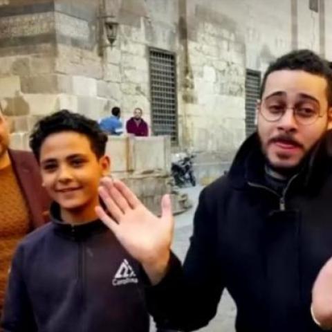 """صور: زياد إبراهيم.. فنان """"أكابيلا"""" مصري ينشر البهجة في شوارع القاهرة"""