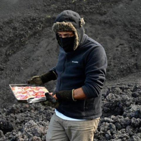 صور: شيف يُحول الحمم البركانية في غواتيمالا إلى مطبخ لإعداد البيتزا!