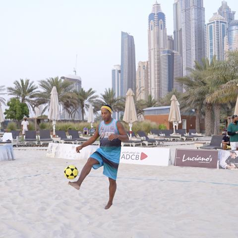 صور: رونالدينيو ينثر إبداعاته على رمال دبي
