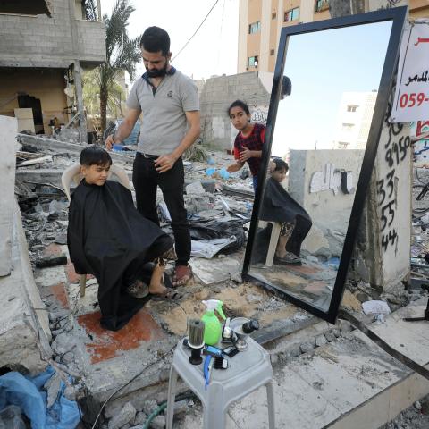 صور: الحلاق هاشم الجاروشة، نموذج للعزيمة والإصرار من فوق الأنقاض في غزة