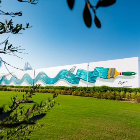 صور: إبداعٌ جديد في شوارع دبي: جدارية ثلاثية الأبعاد على امتداد 200 متر في منطقة جميرا!