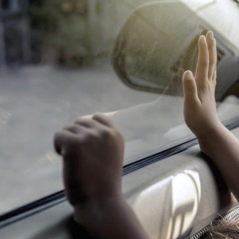 ${rs.image.photo} انتبه من ترك الأطفال لوحدهم في المركبات المغلقة.. خصوصاً في فصل الصيف!