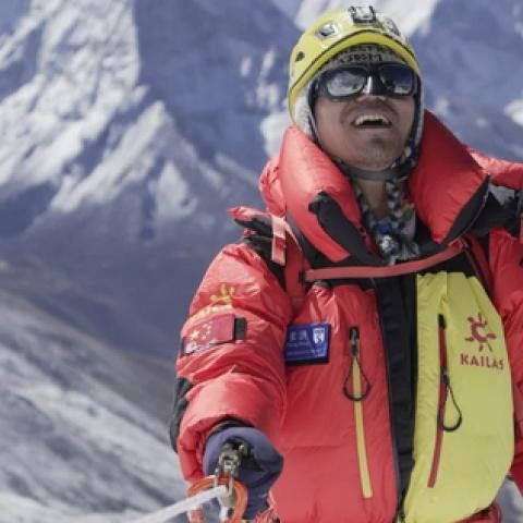 صور: تشانغ هونغ.. كفيف صيني يتسلق أعلى قمة جبل في العالم!