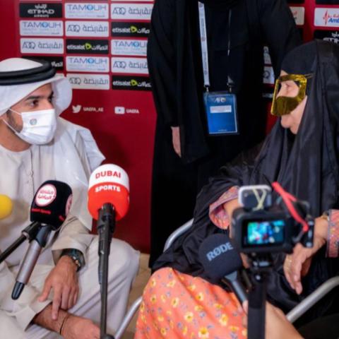 """${rs.image.photo} الشيخ راشد بن حميد النعيمي يكرّم الوالدة """"أم علي"""" لدعمها و وجودها الدائم بمباريات المنتخب الإماراتي"""