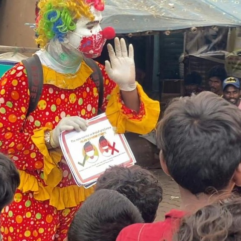 صور: أشوك كورمي.. متطوع يساعد أطفال الأحياء الفقيرة بالهند مرتدياً زي المهرج!