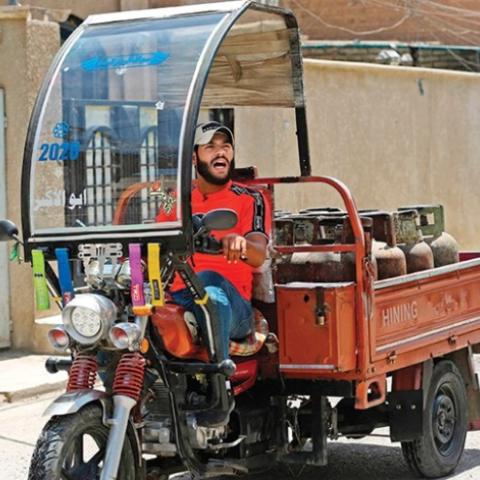 """صور: الشهرة.. حلم يراود """"منتظر عباس""""، آخر بائع غاز يغني في شوارع بغداد"""