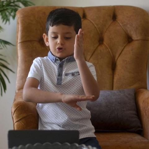 """صور: """"أوس عودة"""".. طفل أردني في الخامسة من عمره يصبح أصغر معلّم لغة الإشارة!"""