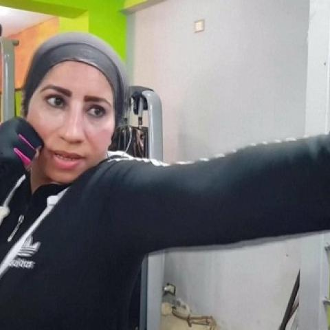 صور: في صعيد مصر.. امرأة تكسر التقاليد وتدرّب الرجال على الملاكمة!