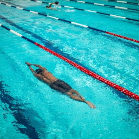 صور: من قارب اللجوء إلى الحوض الأولمبي بساق واحدة
