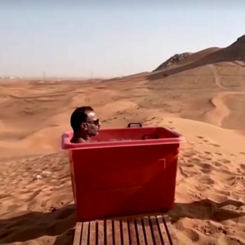 صور: الاستحمام بالثلج.. حيلة تجنب حرارة الصيف في الإمارات!